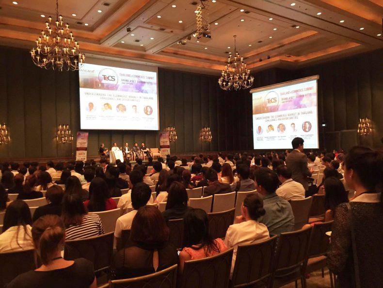 ห้องประชุมฟังผู้บริหารบรรยายเกี่ยวกับธุรกิจของตัวเองและการเติบโตของธุรกิจในปัจจุบัน